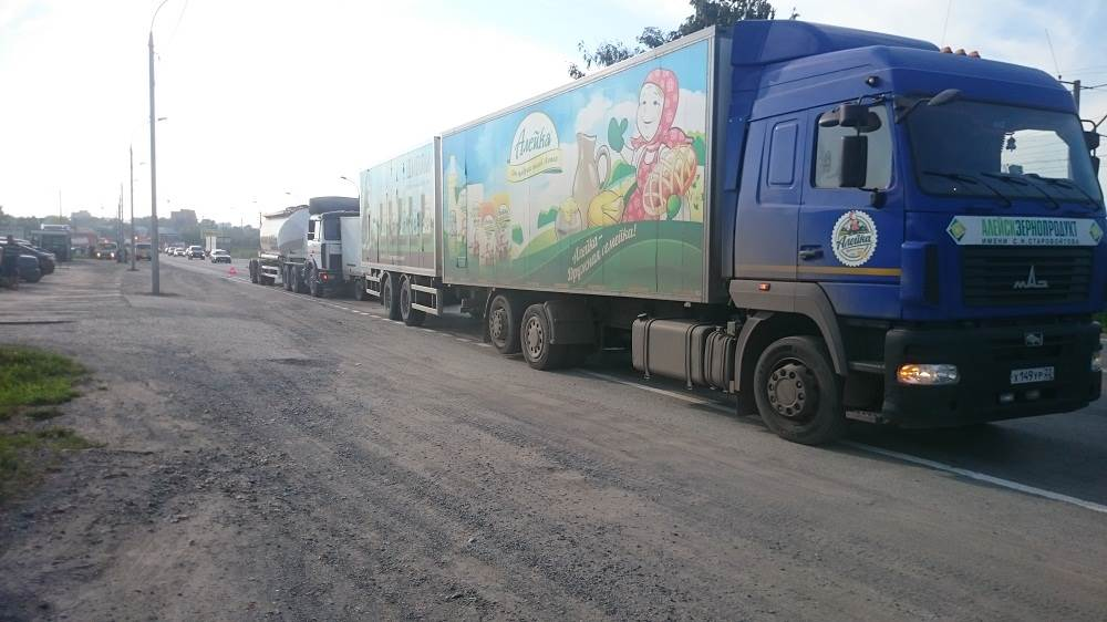 «Шкода» № О 065 ОО спровоцировала столкновение 3 грузовиков в Бердске и уехала
