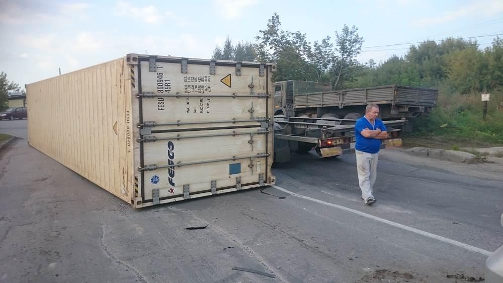 Упавшим с фуры контейнером едва не раздавило авто в Бердске