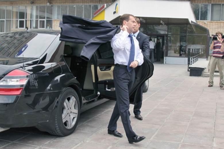 Медведев: Автомобиль есть в каждой семье. Поэтому дороги – это абсолютный приоритет