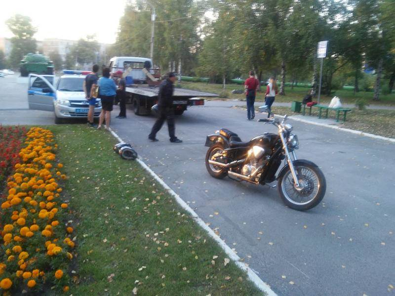 Мотоциклист сбил лыжника у Мемориала Славы в Бердске