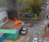 Рядом с отделом полиции в Новосибирске сгорел микроавтобус (скриншот)