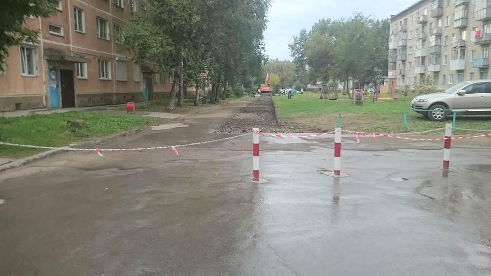 Фотофакт: По двору дома в Бердске незаконно ограничен проезд