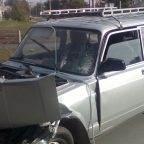 В жёстком столкновении эвакуатора с ВАЗом пострадал водитель «жигулей» и дорожная ограда