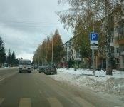 Фотофакт: Сугробы в Бердске «заставили» автолюбителей парковаться по правилам