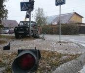 Внедорожник сбил светофор и уложил два знака на перекрёстке в Бердске