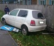 Девушка на «Хонде» не вписалась в поворот и снесла дорожный знак в Бердске