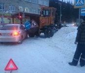 Снегоуборщик наехал на легковушку в Бердске