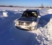На полдня застряли в сугробах автомобилисты, живущие на дачах в Бердске