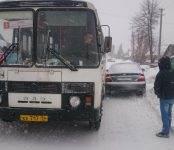 Не разъехались на заметённой пургой дороге в Бердске рейсовый автобус и легковушка