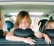 Присаживайтесь, детки, в машину правильно!