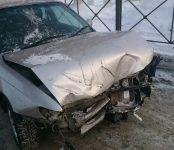 Фотофакт: «Королла» снесла ограждение около поста ГИБДД в Бердске