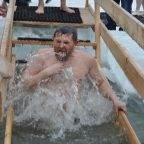 Как правильно раздеться и кому запрещено окунаться на Крещение