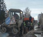 Пять машин порвали колёса в яме на дороге в Бердске