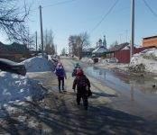 Жители Бердска вынуждены ходить прямо по проезжей части