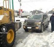 «АвтоСпас»: На АЗС батюшку на Ленд Крузере зацепил дорожный трактор