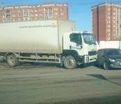 Грузовик пододвинул легковушку на перекрёстке в Бердске