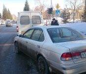 «Ниссан» таранил пустую маршрутку в центре Бердска