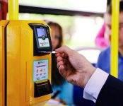 Градоначальника научат платить за проезд в бердском автобусе банковской картой