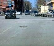 Приковали крышку люка на дороге в Бердске
