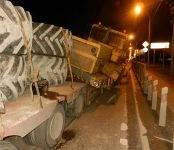 Трактор в Бердске рухнул с трала на рельсы