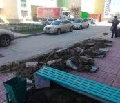 Продуктовая фура разрушила тротуар в Бердске