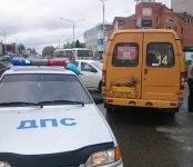 В центре Бердска не разъехались без ДТП маршрутка и легковушка