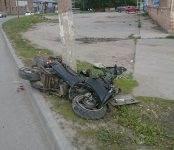 Скутерист разбился о столб в Бердске (видео)