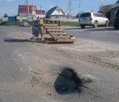 Видеофакт: Провал на Рогачёва в Бердске вновь «открыл роток» и затрудняет движение транспорта
