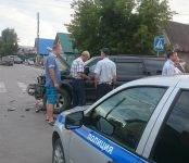 В результате ДТП на перекрёстке в Бердске снесён забор частного домостроения