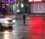 Женщина уронила арбуз на дорогу и заблокировала движение на главной улице Бердска