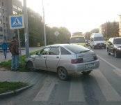 «Лада» после столкновения с «Тойотой» улетела на «встречку» и наехала на знак перехода в Бердске