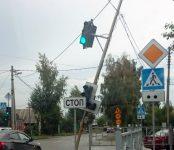 Работники УЖКХ неаккуратно уронили тополь на провода и повредили светофор в Бердске