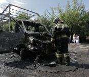 Сегодня на улице Балтийской в Новосибирске сгорел грузовичок (видео)