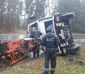 Фотофакт: Автокран перевернулся на дороге в Бердске