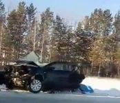 В столкновении грузовика и легковушки на трассе погибли 3 человека