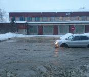 В час-пик оказался затопленным перекрёсток у пожарной части в Бердске