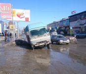 На «гнилой» Первомайской в Бердске провалился продуктовый 5-тонник из Искитима