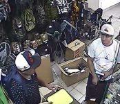Полиция просит опознать воров охотничьего магазина в Бердске