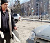 Сыпется шифер на припаркованные автомобили в центре Бердске