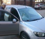 Каменная глыба свалилась на автомобиль в Бердске