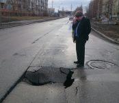 Обнаружил новый провал на дороге во время объезда города мэр Бердска