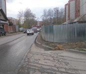 Домовладелец из Бердска поставил забор на пешеходном тротуаре