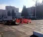 Рабочие КБУ устраняют последствия коммунальной аварии около администрации Бердска