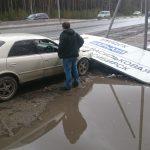 Указатель расстояний рухнул на машину на трассе в Бердске