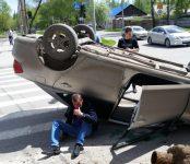 «Гонщик» на Toyota Allion снёс светофор в Бердске и перевернулся