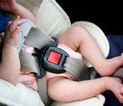 В запертом автомобиле один остался 10-месячный малыш в Бердске