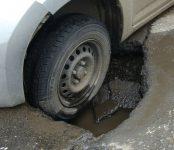 Попавшему в яму водителю заплатит за ремонт машины хозяин дороги