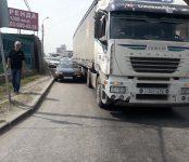 Фура «Ивеко» зажала «Тойоту» в Бердске возле поста ГИБДД (фото)