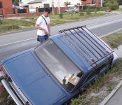 Из-за разлитой на дорогу непонятной жидкости ВАЗ улетел в кювет в Бердске