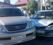 «Лексус» и «Тойота» столкнулись на аварийно-опасном перекрёстке в Бердске
